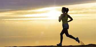 Девушка бежит на закате