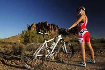 Спортсмен с велосипедом