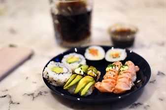 суши и роллы на блюде