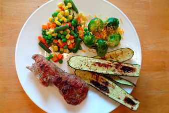 Обед из мяса и овощей