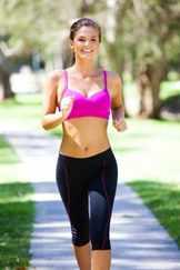 Девушка бежит в спортивном костюме