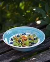 фрукты с йогуртом в тарелке