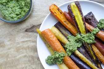 запеченные овощи на круглой тарелке