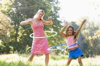 мама и дочка занимаются спортом