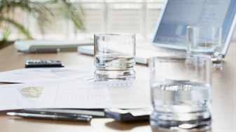 стакан воды и ноутбук