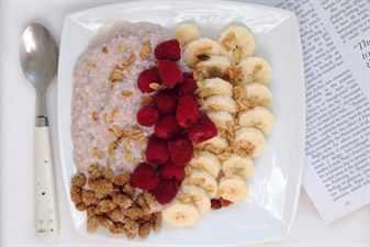 Тарелка с кашей и фруктами