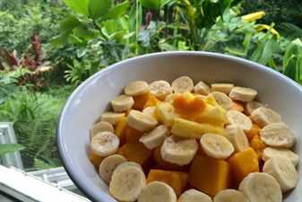 Тыква с бананами кусочками в тарелке