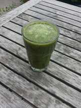 Зеленый напиток в стакане