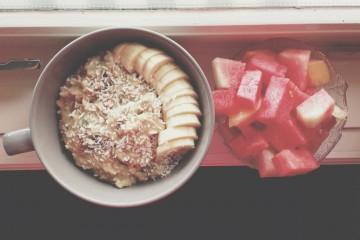 Тарелка с кашей и бананами