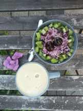 фруктовый салат и йогурт