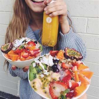 У девушки две большие тарелки с едой