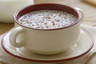 Чашка с кашей и молоком