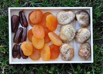 Вместо сладких и жирных пирожных купите себе нежареные семечки, орехи, курагу, чернослив, изюм. Сухофрукты богаты железом, а железо полезно для кожи