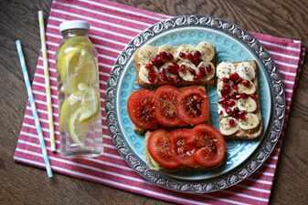 бутерброд с помидорами и лимонная вода