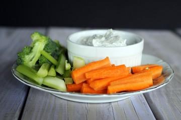 морковка и огурцы на тарелке