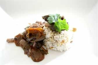 рис с зеленью на тарелке