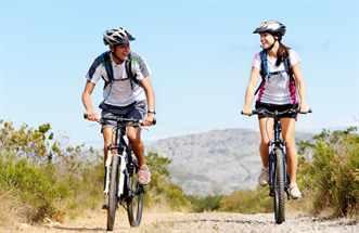 Парень и девушка на велосипедах