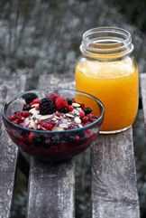 завтрак из ягод и сока