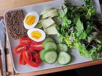 отварные яйца и овощи на подносе