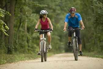 парень и девушка катаются на велосипеде