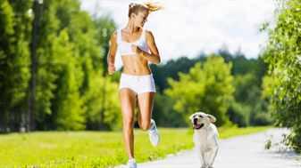 Девушка с собакой бежит