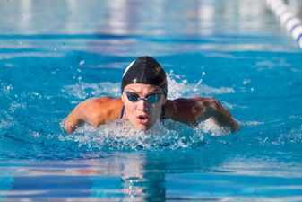 Мужчина плавает