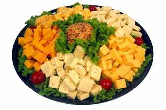Кусочками порезанный сыр разных сортов