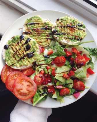 Блюдо с салатом, помидорами и яйцами