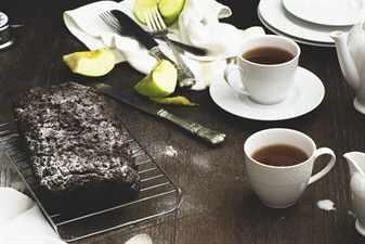 чай и фрукты на завтрак
