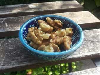 Голубая чашка с едой