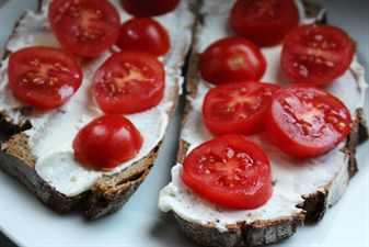 бутерброд с творогом и помидором