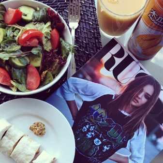 Тарелки с едой и журнал