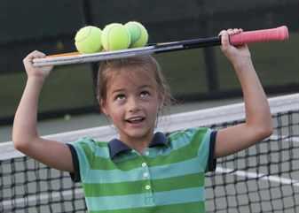 Девочка с ракеткой на голове и тремя мячиками
